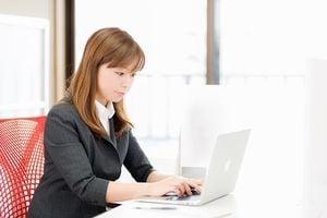 スーツ姿でパソコン操作するオフィスレディー。