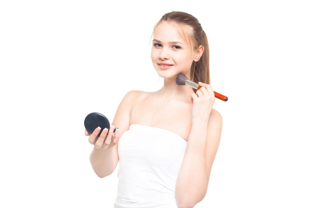 宝石のしずくオリーブスクアバージン・化粧品コスメ評価レビューした少女。
