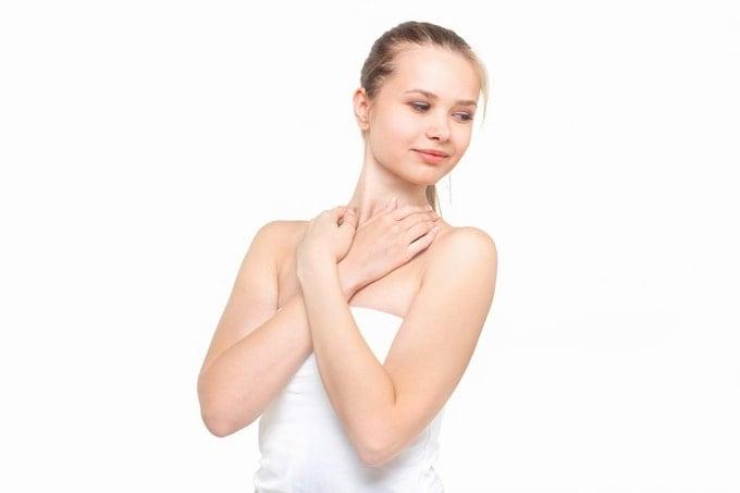 DHCプロテインダイエットで痩せれるか試すアミノ酸補給する少女。