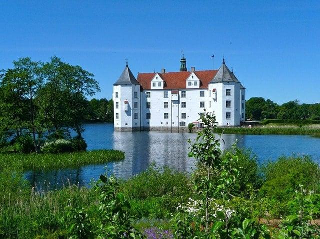 glucksburg-castle-335240_640-min