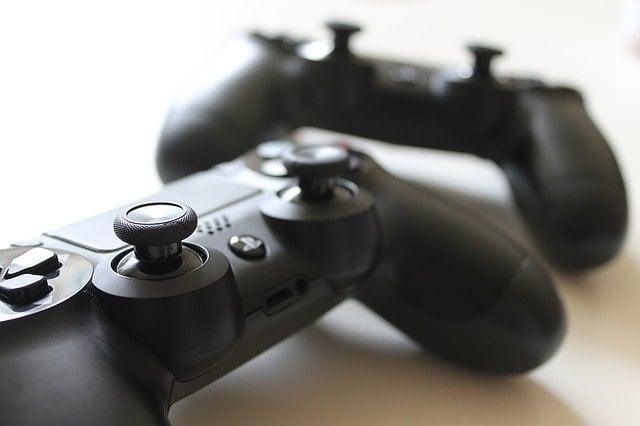 新型プレイステーション4のコントローラー2個。
