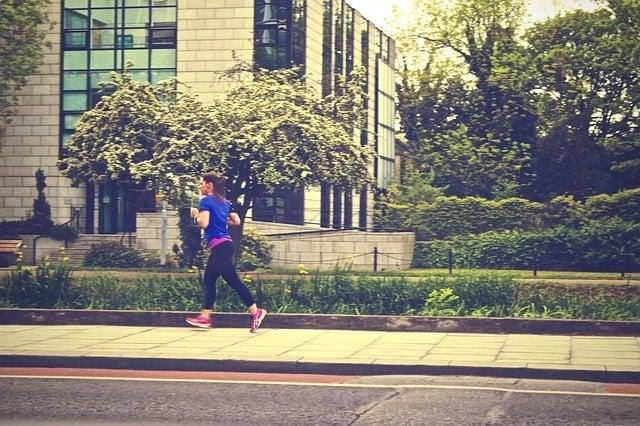 街中を走るトレイルランナー(女性)