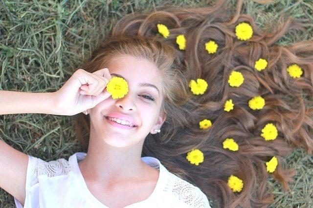 右手にレモンの輪切りを持って芝生に寝転がる美少女。