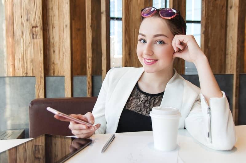 事務し仕事をする若い女性。